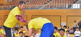 子どもたちに熱心に指導する高田延彦さん(手前左)=2013年、宮古市