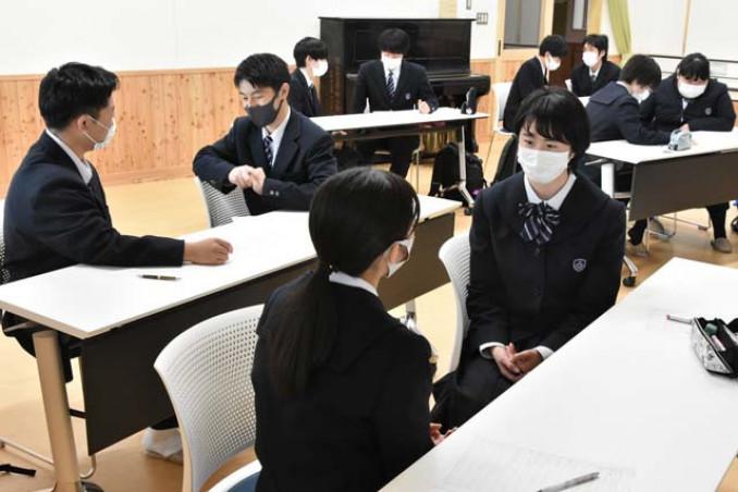 就活生ドラフト会議に向け、プレゼンテーション研修を受ける平舘高の生徒