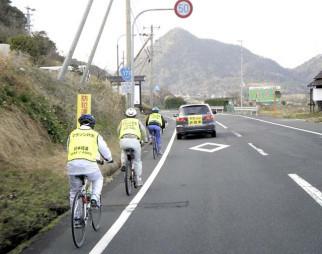 マラソンコースを自転車で計測する関係者=京都府内(日本陸連提供)