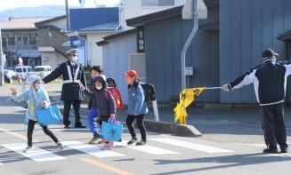 春の全国交通安全運動期間中、県内一斉に行われた交通指導取り締まり=4月、盛岡市