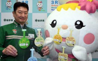 啓発ポップを手にするセブン-イレブン矢巾高田店の横沢雅弘オーナー(左)と県の3R推進キャラクター「エコロル」