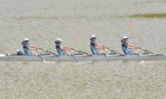 女子かじ付き4人スカル決勝 中間までにトップに立ち優勝した盛岡三=西和賀町・錦秋湖川尻ボート場
