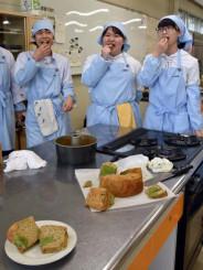 調理したシフォンケーキを味わう平舘高の生徒