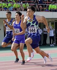 男子100メートル決勝 9秒95の日本新をマークして優勝した山県亮太(手前)=ヤマタスポーツパーク陸上競技場