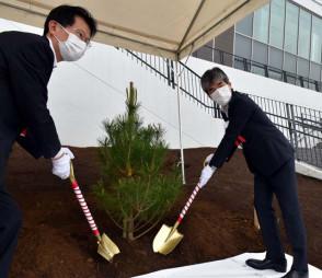 東京五輪の競技会場にアカマツの幼木を植える平井省三所長(右)