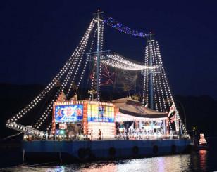 きらびやかな電飾をまとい大船渡湾を巡航した海上七夕船団=2019年8月