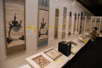 南部家の「学び」に焦点を当てた企画展。歴代藩主らが描いた「宝珠図」(左)は筆致の違いが興味深い