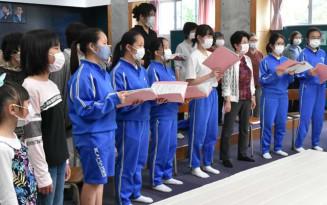 7月末の録音に向けて合同練習に励む翳った太陽を歌う会の会員ら