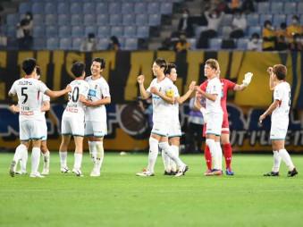 天皇杯2回戦でJ1仙台に1-0で勝利し、喜ぶいわてグルージャ盛岡の選手たち=9日、仙台市・ユアテックスタジアム仙台