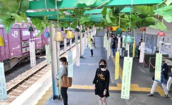 風に揺れ、涼しげな音色を響かせる南部風鈴=10日、奥州市・JR水沢駅