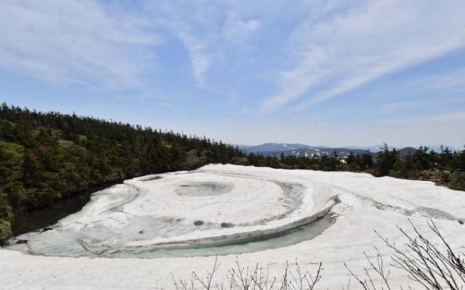 開眼した姿を見せる「八幡平ドラゴンアイ」=11日、八幡平山頂付近の鏡沼