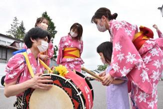 観客に太鼓を教えるさんさ踊り実行委のメンバー