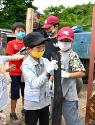 炭になる前の木と出来上がった木炭を比べながら製炭の工程を体験した子どもたち