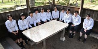 ひょうたん池のあずまやにテーブルの天板を設置した平舘高美術部の生徒