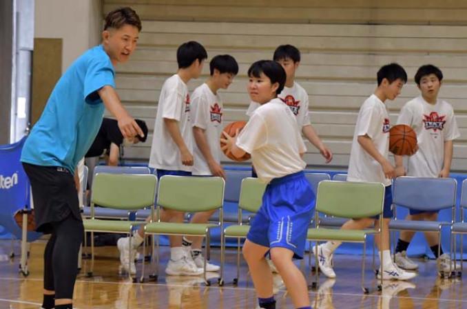 川村卓也選手(左)から指導を受ける高校生