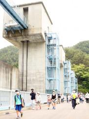 東日本大震災の津波から普代村を守った普代水門を見学するモニターツアー客