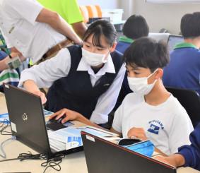 中学生にプログラミングの基本を教える水沢商高の生徒(前列左)