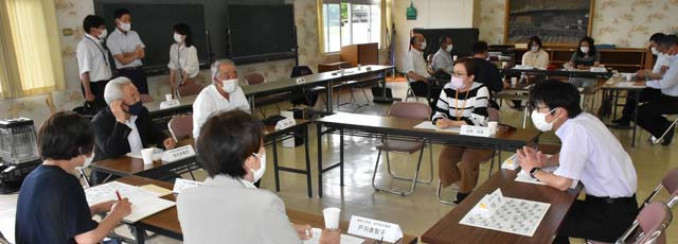 コミュニティースクールの方向性を話し合う協議会の委員ら