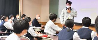 後輩の生徒たちに地元企業で働く魅力を語る坂本隼さん
