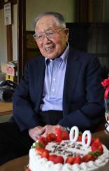 100歳の誕生日ケーキを前に「コロナの世となって命の大切さを感じる」と語る須藤文彦さん=17日、一関市大東町