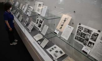 県内に伝わる神楽について紹介した県立図書館の企画展