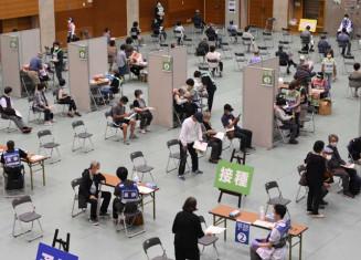 スペースを広く取った県の集団接種会場=19日、滝沢市巣子・県立大