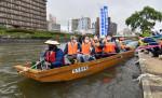 悠々流れる川面の街並み 船着き場から木造船「もりおか丸」
