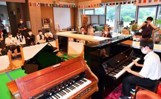 ストリートピアノ設置記念の演奏会を楽しむ市民ら