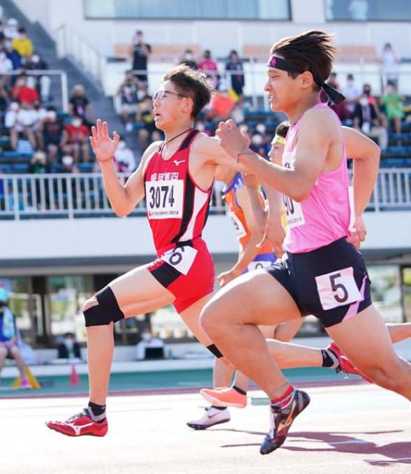 男子100メートル決勝 追い風参考ながら10秒52の好記録で2位に食い込んだ鷹羽柊弥(左、盛岡四)=北上市・北上総合運動公園陸上競技場