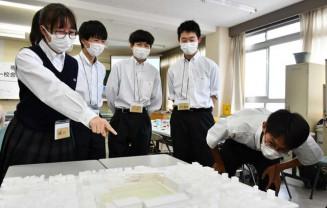 新校舎の模型を囲み、理想の学習環境を考える生徒