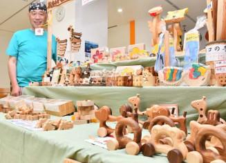 木のぬくもりや風合いの優れた手作り玩具が並ぶ販売会