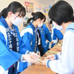 自慢のどら焼きを校内販売する商業研究同好会の生徒たち