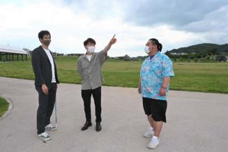 会場となる高松公園周辺で花火打ち上げのイメージを確認する佐藤林太郎委員長(左)ら