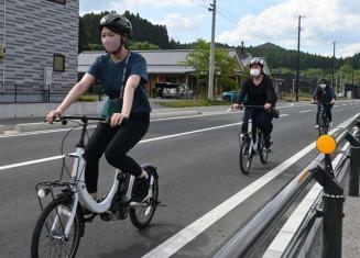 自転車ガイドツアーを体験する学生