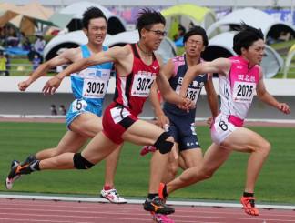 男子200メートル決勝 ゴール前で差を詰め逆転する盛岡四の鷹羽柊弥(右から3人目)=北上市・北上総合運動公園陸上競技場