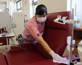 仕事に励む小野寺ひろ子さん。体は使うが、周囲の協力もあり病気が支障になることはないという=奥州市・奥州病院(同院提供)