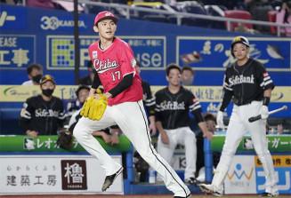 6回、ソフトバンク・三森に同点三塁打を許したロッテ・佐々木朗希。右端は柳田=ZOZOマリン