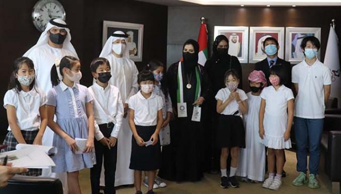 UAEナショナル・オリンピック委員会に絹スカーフを届けたドバイ日本人学校の児童(同委員会提供)