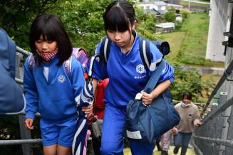 真剣な面持ちで高台に避難する釜石東中と鵜住居小の生徒児童=24日、釜石市鵜住居町