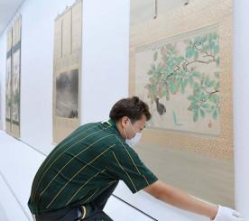 横山大観らの作品が展示される会場の県立美術館