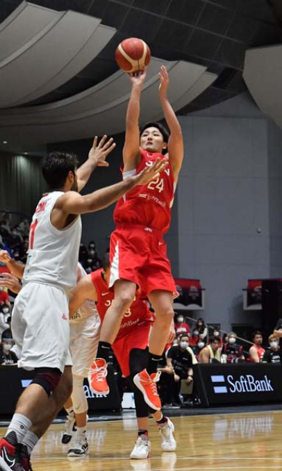 東京五輪に出場するバスケットボール男子日本代表の強化試合でシュートを決める田中大貴=25日、奥州市総合体育館