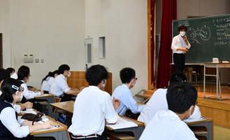 医学部進学を目指し、予備校講師による講座に取り組む受講生