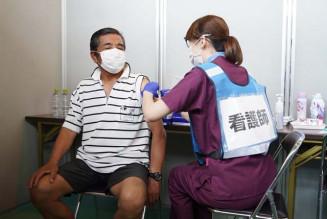 新型コロナウイルスワクチンの接種を受ける来場者