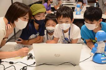 昨年の体験教室でプログラミングを学ぶ子どもたち