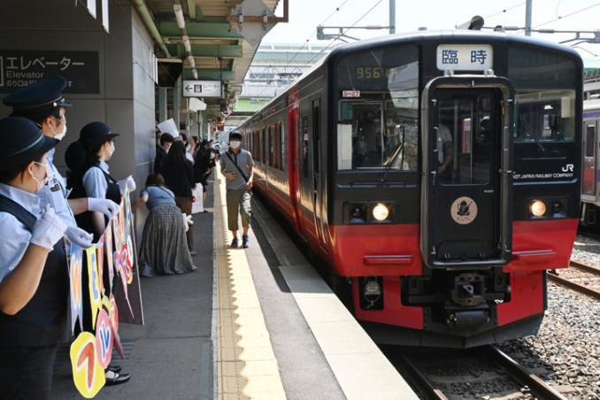 盛岡駅ホームで横断幕の歓迎を受ける「フルーティアいわて」