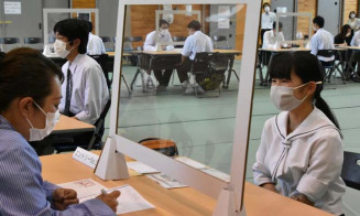 自身のブースを訪れた企業の採用担当者と面談に臨む生徒(右)
