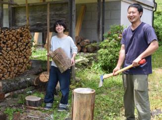 地域おこし協力隊の任期終了後に陸前高田市に定住し、林業などに取り組む平山直さん(右)と妻の朋花さん=同市矢作町
