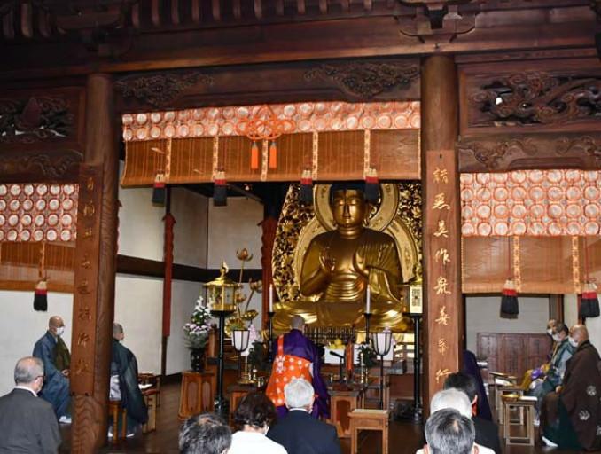 中尊寺本堂で開かれた「平和の祈り」。登録10年の節目に平和と東日本大震災からの復興を願った=29日、平泉町