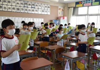 発声練習の後、詩を音読する桜城小4年生。元気な声が朝の教室に響いた