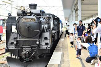 蒸気機関車C58との「再会」を喜ぶ市民ら=30日、盛岡市・JR盛岡駅